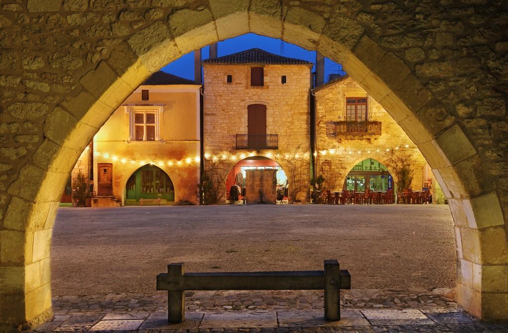 heure bleue sur Monpazier, Dordogne, Perigord, France
