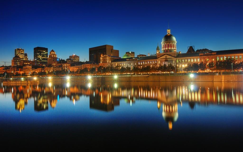 Reflet de l'Heure Bleue sur le Vieux Montréal, Québec, Canada