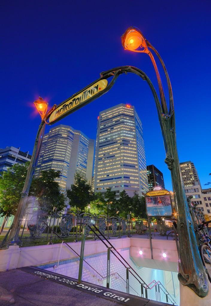Heure bleue sur l'entrée du métro (Guimard Style) du Square Victoria, Montreal, Quebec, Canada