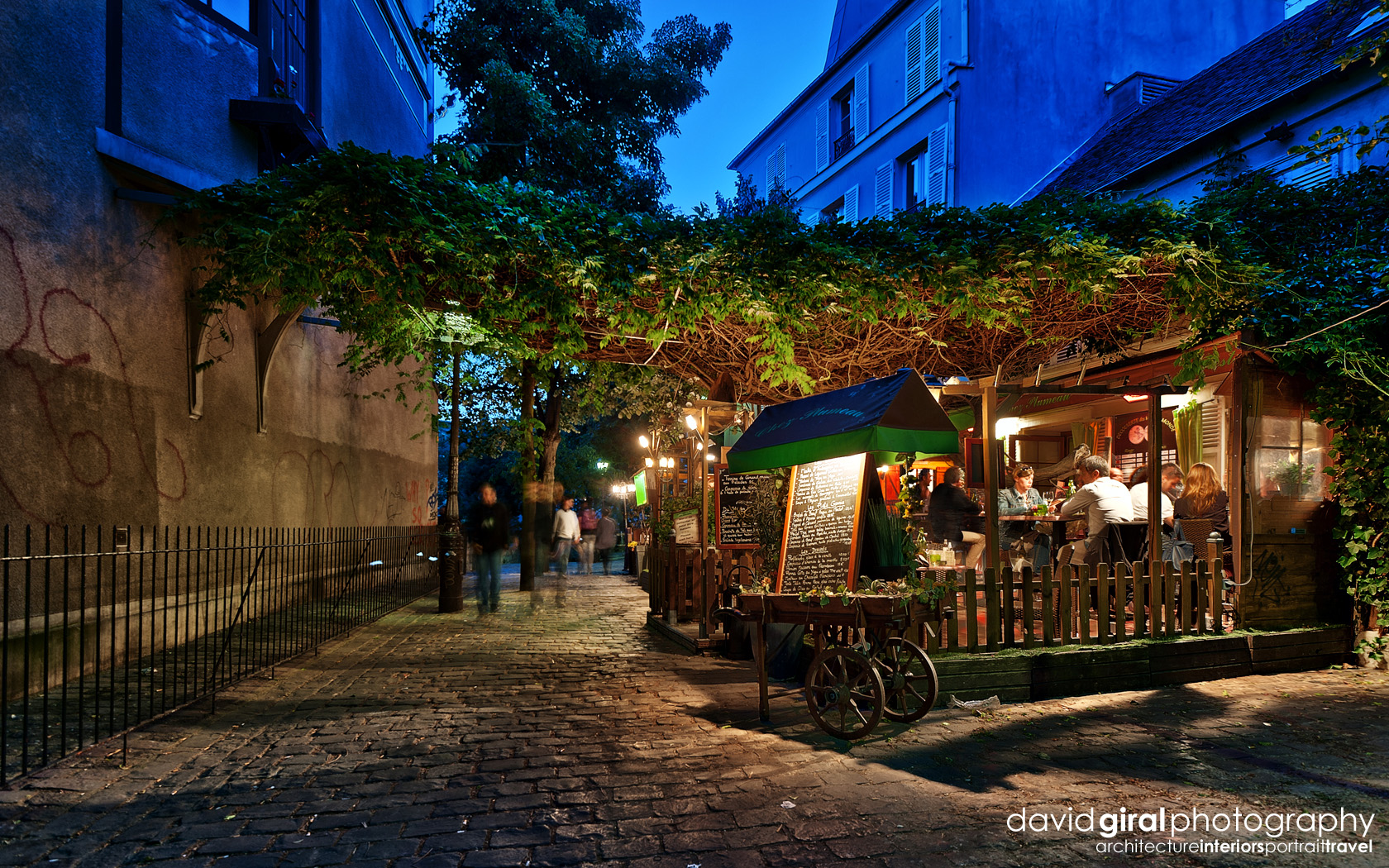 Exploring paris the romantic terraces of montmartre at for Le miroir restaurant montmartre